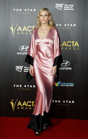 Cate Blanchett chose an unusual dress for the 4th AACTA Awards - a silky number with kimono style sleeves and contrasting hem.