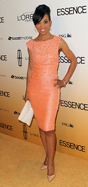 Shaun Robinson paired her fitted peach frock with pointy nude patent pumps at the 'Essence' Black Women in Hollywood luncheon.