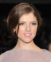 Anna Kendrick wore a spectacular pair of diamond earring at the NYC premiere of '50/50'.