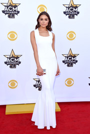 Olivia Culpo rounded out her minimalist-elegant ensemble with a metallic silver clutch.