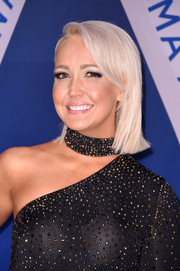 Meghan Linsey sported a short straight cut with side-swept bangs at the 2017 CMA Awards.