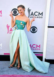 Kelsea Ballerini looked splendid wearing this Monique Lhuillier floral-embroidered strapless gown in two shades of green at the 2017 ACM Awards.