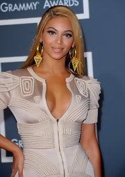 Beyonce shows off these huge gold earrings on the red carpet. She made a wise choice not to wear any other jewelery along with her enormous danglers.