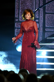 Reba McEntire stepped onstage at the 2018 ACM Awards wearing a beaded red gown that she first wore 25 years ago at the CMA Awards. Wow!