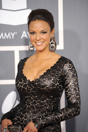 Eva la Rue topped off her fiercely chic Grammys ensemble with a pair of dangling double hoops.
