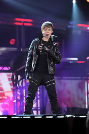 Justin dons studded leather gloves for his tough-rocker ensemble at the Grammy Awards.