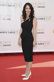 Robin Tunney's one-shouldered LBD looked super classic and chic on the red carpet.