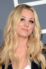 Kaley Cuoco amped up her rocker edge with ultra dark smoky eyes at the 2013 Grammys.