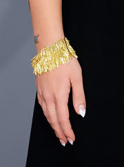 Kelly Osbourne's gold bracelet matched her earrings and tied her whole red carpet look together.