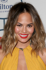 Chrissy Teigen was sexy-edgy at the pre-Grammy gala with her shoulder-length center-parted waves.