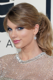 Taylor Swift kept it simple yet cute with this girl-next-door ponytail during the Grammys.