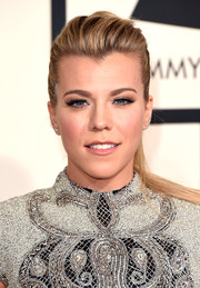 Kimberly Perry looked very pretty with her girl-next-door ponytail during the Grammys.