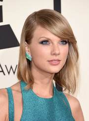 Taylor Swift wore a simple yet pretty side-parted 'do at the Grammys.