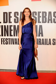 Saffron Burrows went for some Old Hollywood glamour with a shimmery navy one-shoulder gown.