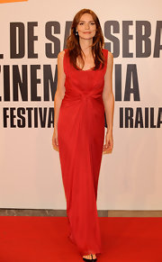 Saffron Burrows looked downright gorgeous in a heart-stopping red gathered dress.