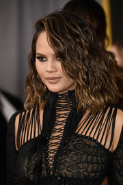Chrissy Teigen sported edgy shoulder-length waves at the 2017 Grammys.