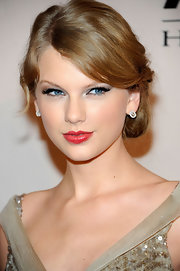 Taylor Swift wore her hair in a sweet updo with side-swept bangs at the 5th Annual ACM Honors.