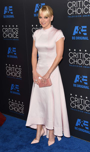Anna Faris matched her dress with a pink box clutch by Edie Parker.