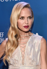 Rachel Zoe looked glam with side-swept long wavy locks.