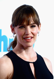 Jennifer Garner was casually coiffed on the red carpet with this simple ponytail during the Thirst Gala.