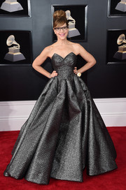 Lisa Loeb attended the 2018 Grammys looking resplendent in a strapless gunmetal ball gown.