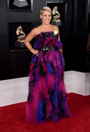 Pink arrived at the 2018 Grammys in a flurry of fuchsia, blue, purple, black feathers!
