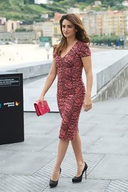 Penelope was the picture of daytime elegance in this lace-print sheath dress.