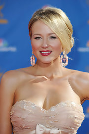 Singer Jewel showed off her elegant side swept bun while hitting the red carpet at the Emmy Awards.