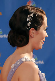 Emily Blunt jazzed up her retro hairstyle with a diamond flower hairpin.