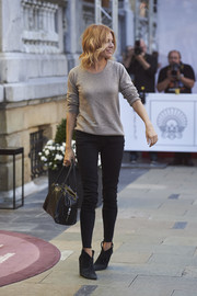 Sienna Miller styled her casual look with a black leather bowler bag by Prada.