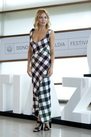 Sienna Miller donned a Victoria Beckham dress, featuring an oversized gingham print and an asymmetrical hem, for the 'High-Rise' photocall.