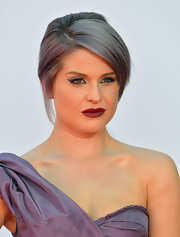 Kelly's powerful peepers were absolutely eye-catching, thanks to a dramatic sweep of lavender liner.