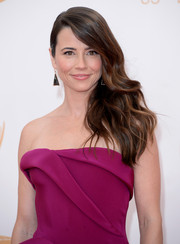 Linda chose a totally glamorous wavy side sweep for the 2013 Emmy Awards.