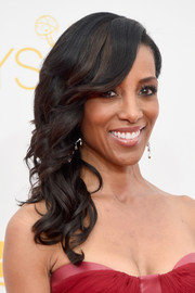 Shaun Robinson sweetened up her Emmys look with this curly side sweep.