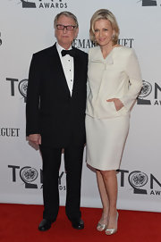 Diane Sawyer chose a simple yet classic ensemble for the Tony Awards, consisting of a white skirt suit and satin peep-toes.