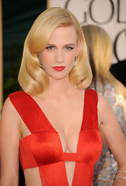 January Jones looked absolutely drop dead gorgeous at the 2011 Golden globes. A plump red lip paired with a sexy Versace, is a winning combination!