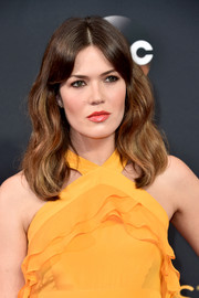 Mandy Moore framed her face with this shoulder-length wavy hairstyle for the Emmy Awards.