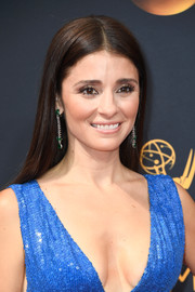 Shiri Appleby kept it minimal with this straight center-parted style at the Emmy Awards.