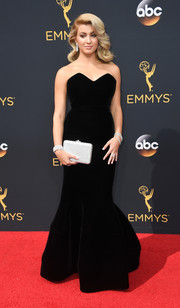 Tori Kelly brought an Old Hollywood vibe to the Emmys with this black velvet mermaid gown by Paule Ka.