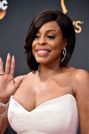 Niecy Nash attended the Emmys wearing a perfectly sleek asymmetrical bob.