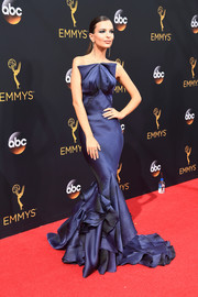 Emily Ratajkowski was a stunner in a sculptural blue mermaid gown by Zac Posen at the Emmy Awards.