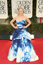 Sarah Michelle Gellar made a statement at the Golden Globes in a blue and white watercolor gown.