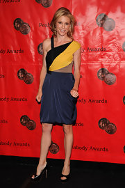 The actress looked fabulous in a colorblocked evening dress with a classic pair of black patent leather, peep-toed pumps.