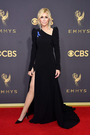 Judith Light worked her leg in a high-slit black gown with an asymmetrical neckline at the 2017 Emmys.