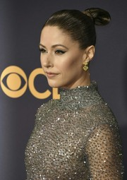 Amanda Crew pulled her hair back into a tight bun for the 2017 Emmys.
