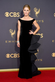 Julie Bowen attended the 2017 Emmys wearing a black Aberta Ferretti Couture velvet column dress with ruffle detailing.