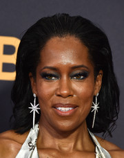 Regina King wore her hair in a brushed-back lob at the 2017 Emmys.