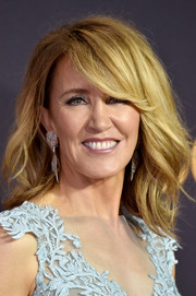 Felicity Huffman sported a teased wavy hairstyle with flippy side-swept bangs at the 2017 Emmys.