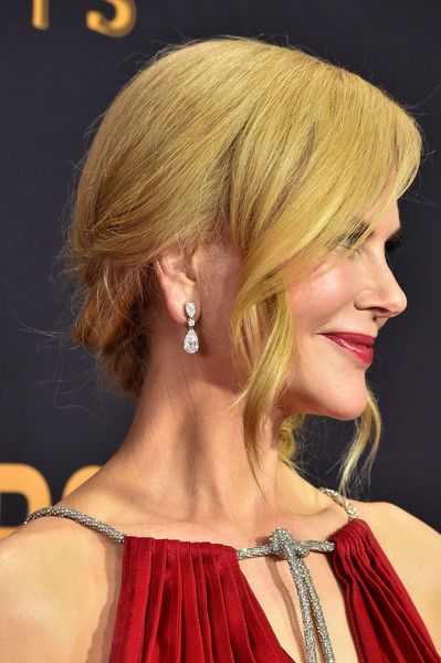Nicole Kidman accessorized with a gorgeous pair of diamond drop earrings by Harry Winston at the 2017 Emmys.