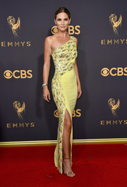 Jennifer Nettles coordinated her dress with a pair of gold ankle-strap sandals.